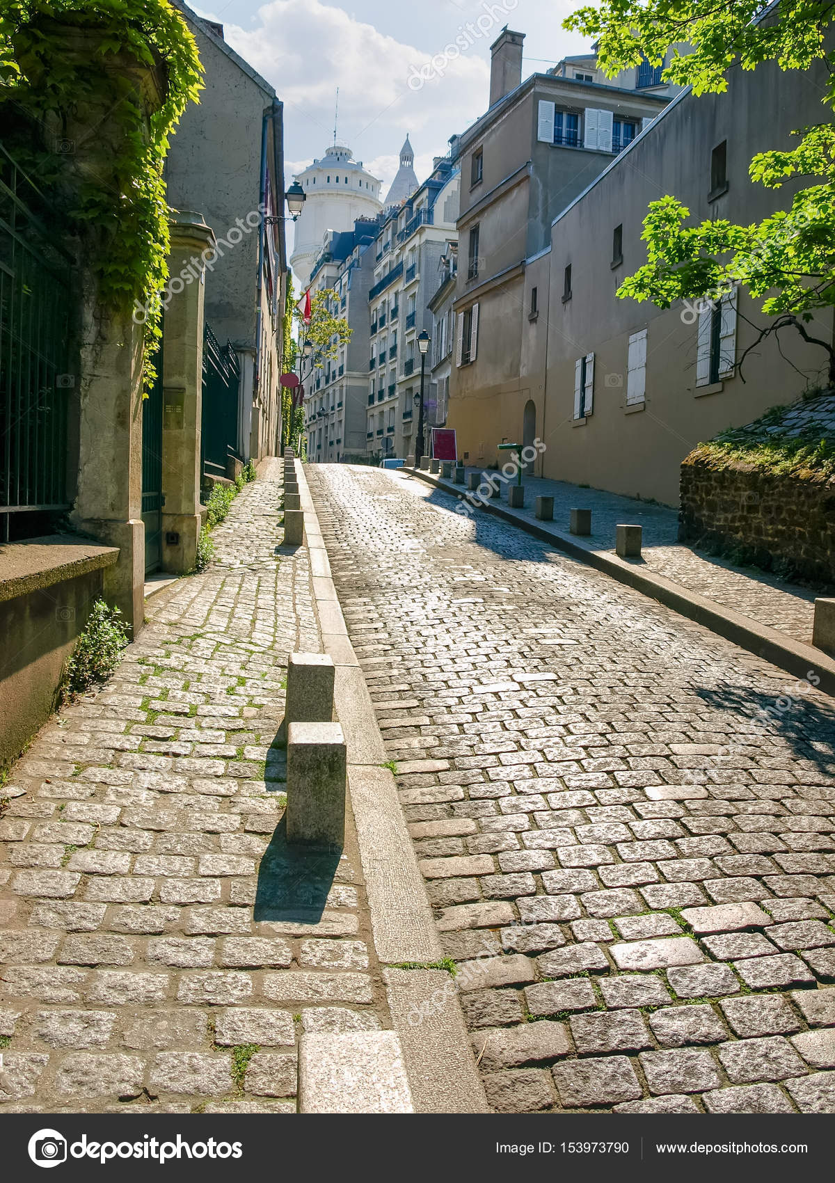 Stone Pavement In Paris : Old cobbled street on montmartre hill in paris — stock