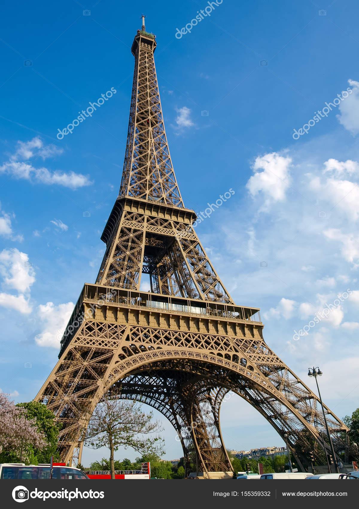ansicht von unten auf den eiffelturm in paris stockfoto. Black Bedroom Furniture Sets. Home Design Ideas