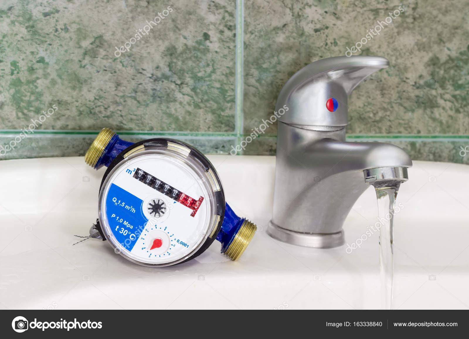Wastafel 1 Meter : Watermeter op de wastafel met mengkraan handvat u stockfoto
