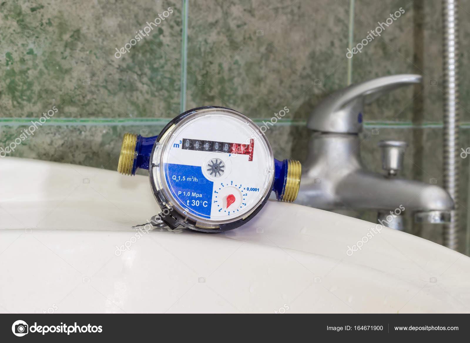 Wastafel 1 Meter : Watermeter op wastafel tegen van handvat mengkraan u stockfoto
