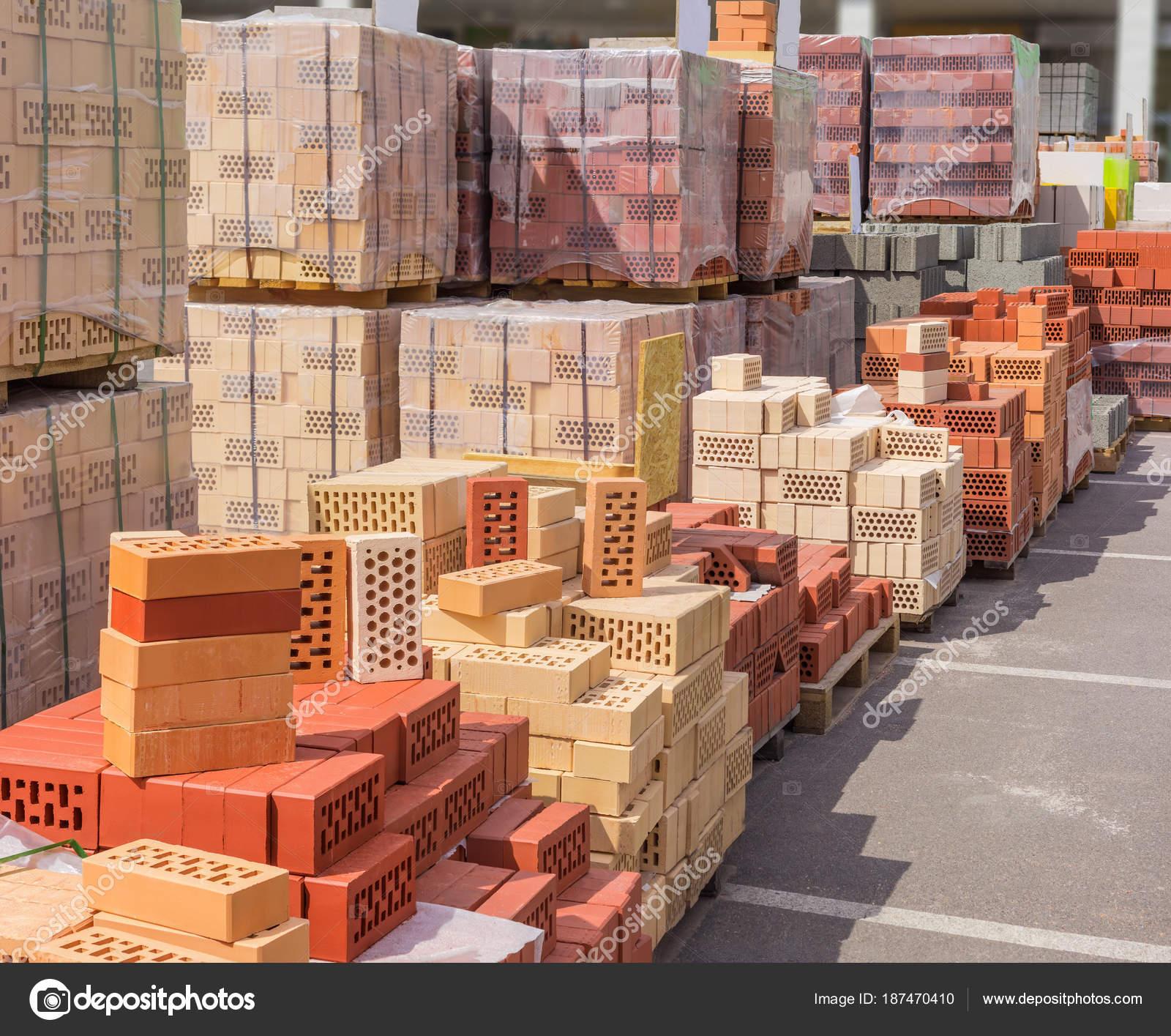 Diferentes ladrillos de construcci n sobre paletas en un for Banco de paletas al aire libre