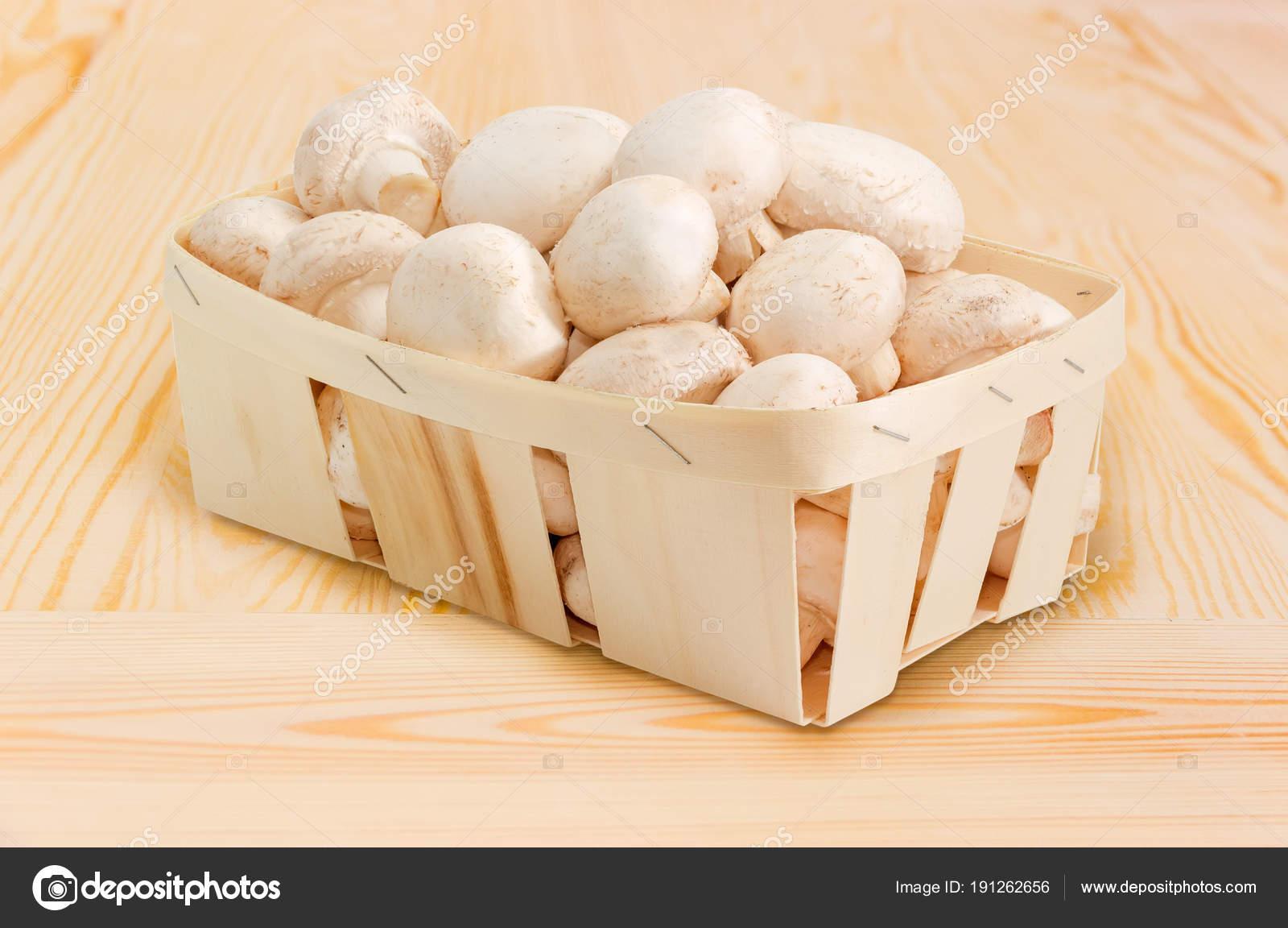 Pulsante Bianco Di Funghi In Cestino Di Legno Su Superficie Di Legno