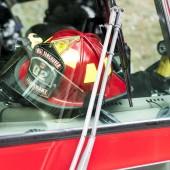 Detail hasičská helma v hasičské auto, Poříčany, West Vancouver, Britská Kolumbie, Kanada