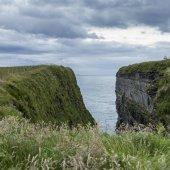 Pohled na mys na pobřeží, John o  krupice, Caithness, skotské vysočiny, Skotsko
