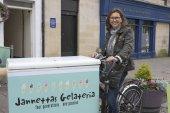 Portrét šťastný Zenske sedí na zmrzlinový vozík, St Andrews, Fife, Skotsko