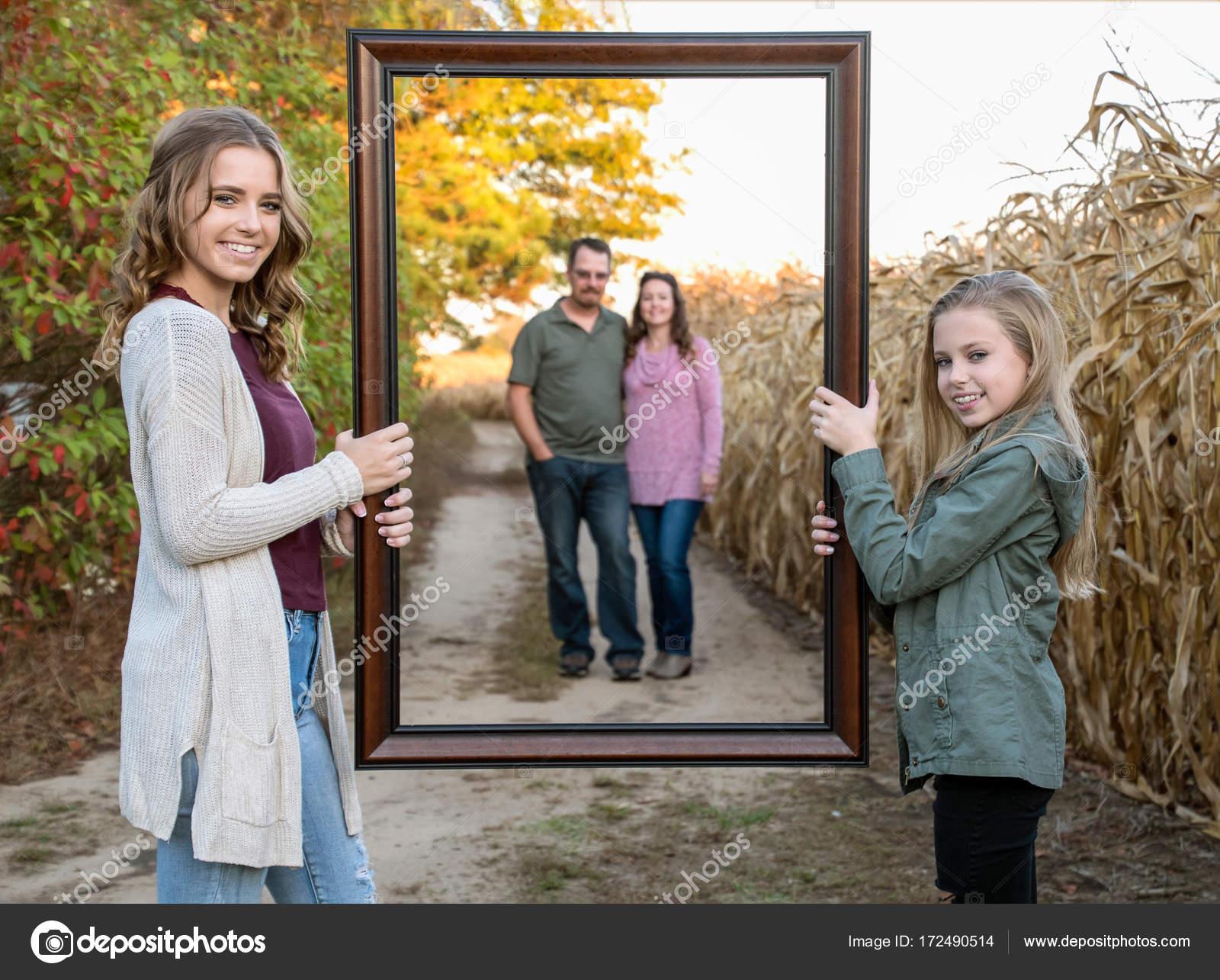 Outdoor-kaukasischen Familienfoto mit Rahmen — Stockfoto © jentara ...