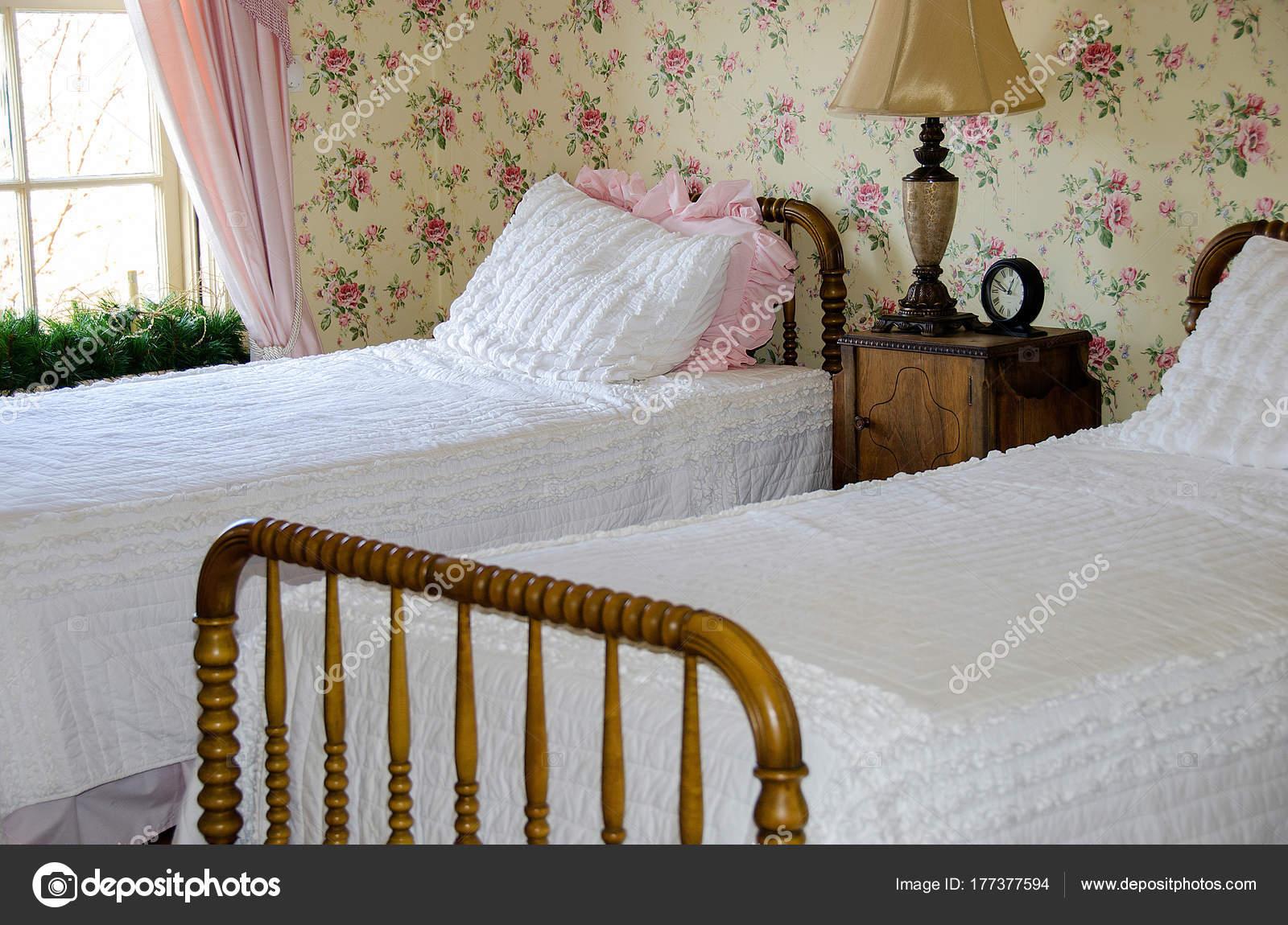 lits jumeaux avec couvre lits blancs dans chambre avec papier photo - Lits Jumeaux