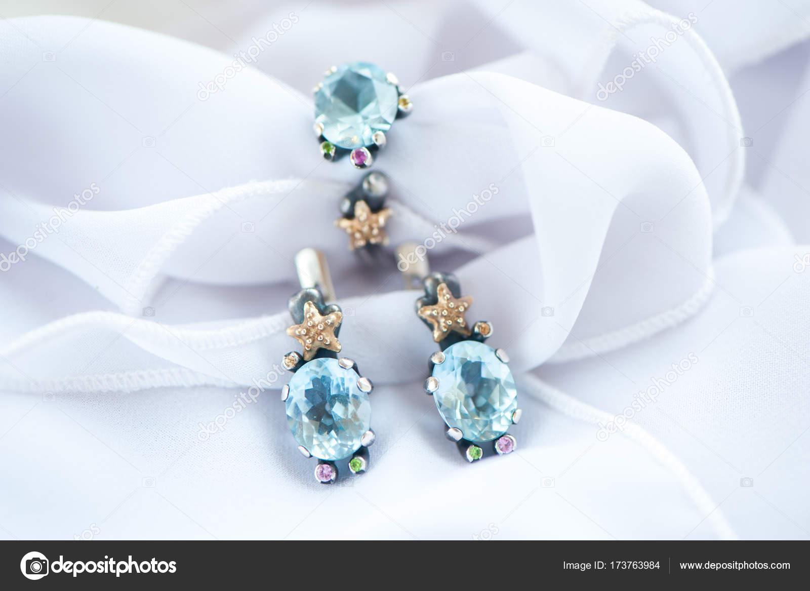 4504c6c80 Elegantní bílé zlato šperky Topaz, Safírové makro, náušnice a prsten —  Fotografie od ...