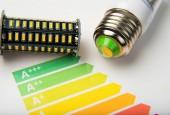 Fotografie Energieeffizienz-Konzept mit Energie Wertungstabelle und Led-Lampe