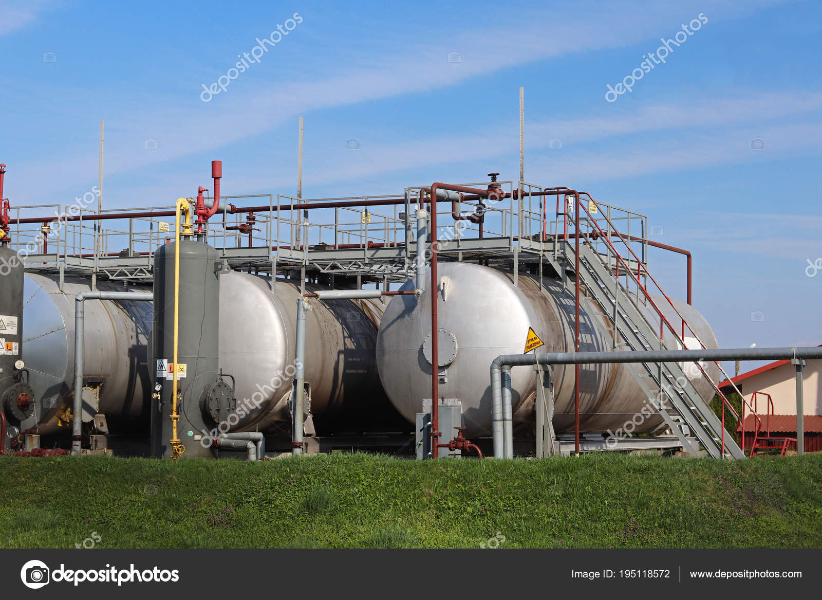 Tanks - elements of oil pump station. Tansport and distribution of oil.  Technology of oil transportation system. Training manual for oil refining.