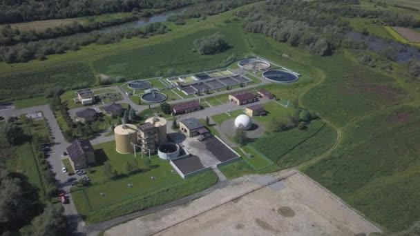Städtische Kläranlage. Luftaufnahmen von Kläranlagen inmitten einer wunderschönen grünen Hügellandschaft. Recycling menschlicher Abfälle. das Problem sauberen Trinkwassers.