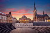 Fotografie Chemnitz. Stadtbild von Chemnitz, Deutschland mit Chemnitzer Oper und St. Petri Kirche bei schönem Sonnenuntergang.
