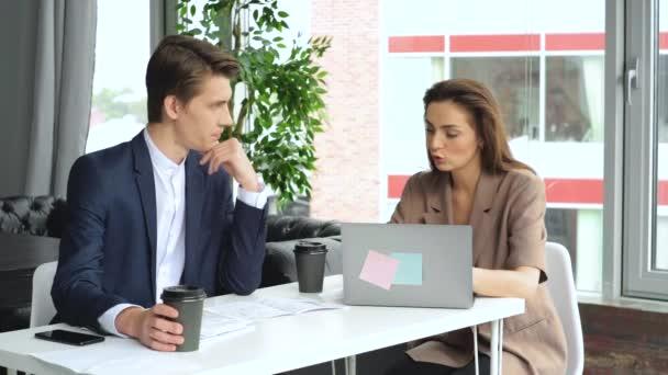 Podnikatelé a podnikatelek, kteří se setkávají s nápady na nové kolegy z administrativních projektů, kteří společně plánují úspěšnou strategii, si užívají týmovou práci v malé moderní noční kanceláři. 4k Zpomalený pohyb