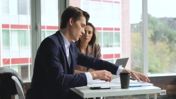 Muž a žena pracují v pohodlné moderní kanceláři u stolu. Pracovní proces. Creative business team meeting at.