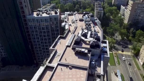 Krásná střecha městského domu se střešními taškami na oblačném pozadí oblohy. Akciová fotáž. Fasáda nové rezidenční.