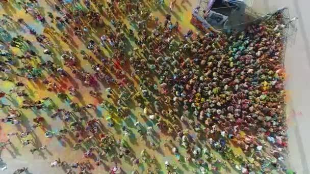 Dnipro, Ukrajna légi Holi színek fesztivál lassított felvételen. az emberek színes port dobálnak a levegőbe