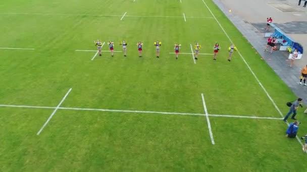 Női rögbi játékosok edzés stadion meteor dnipro légi panoráma felülnézet repülő ég drón helikopter