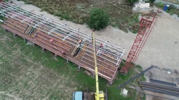 Dnipro. Ukraine. Die Menschen stehen mit dem Blick von oben. Das Bürogebäude. Der Bau einer Hütte.