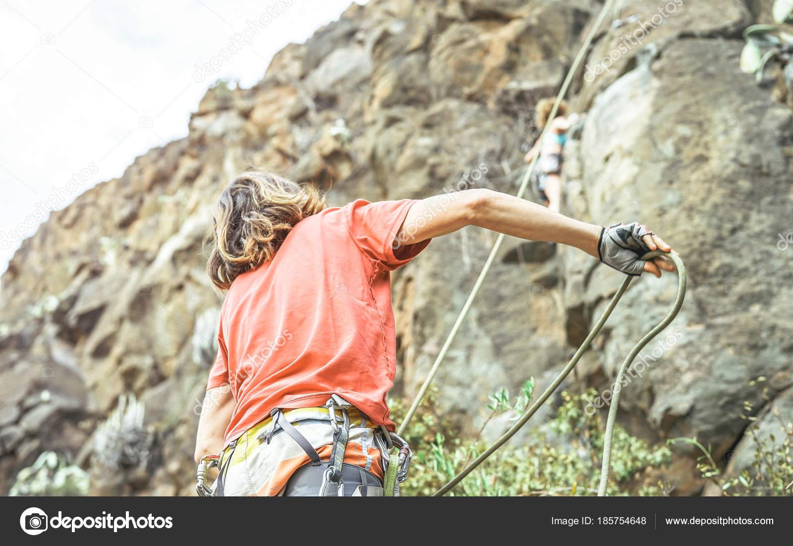 Kletterausrüstung In Der Nähe : Mann die frau oben berg klippe kletterer aktion auf u2014 stockfoto