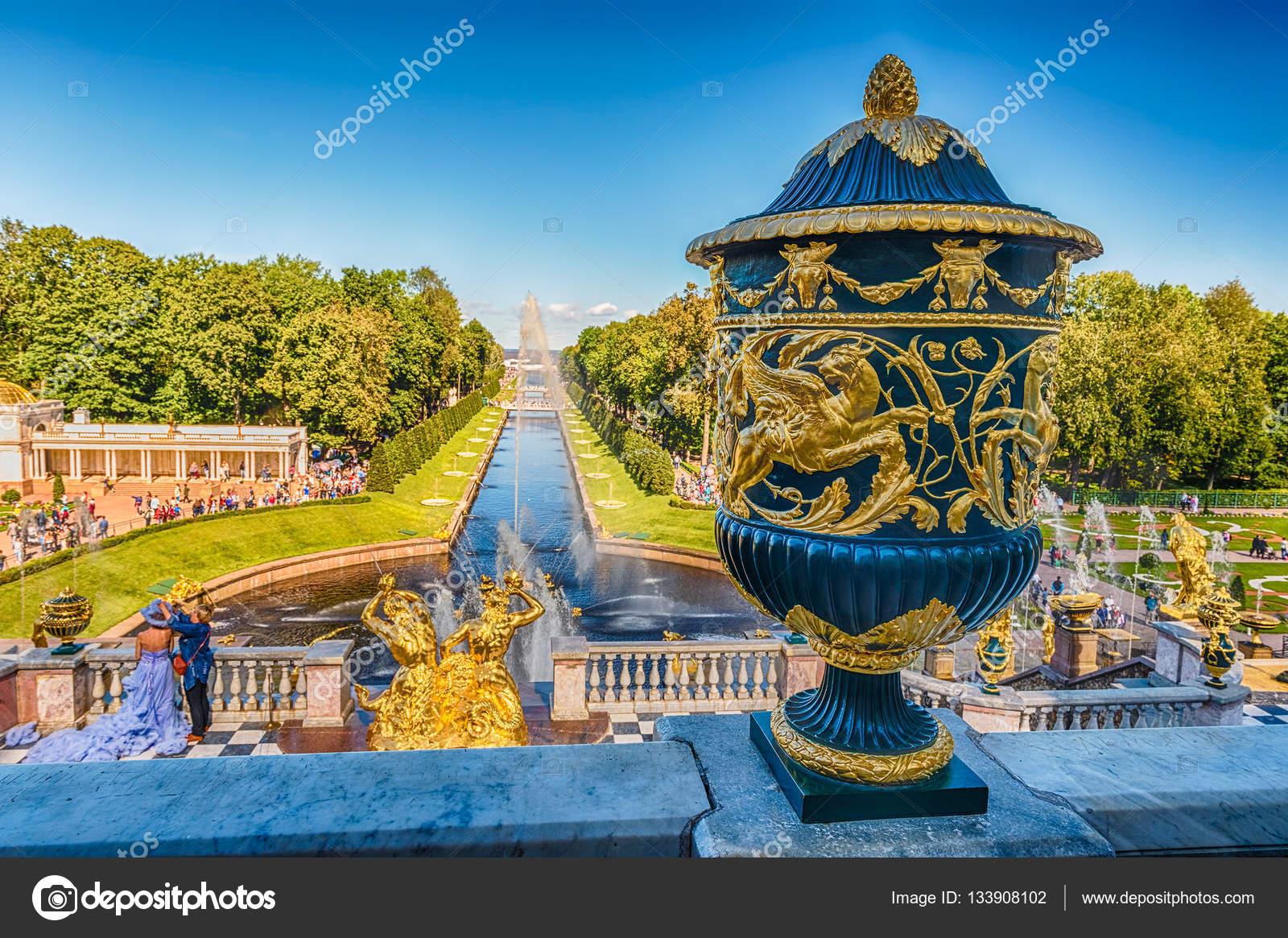 Vista panoramica dalla terrazza del Palazzo di Peterhof, Russia ...