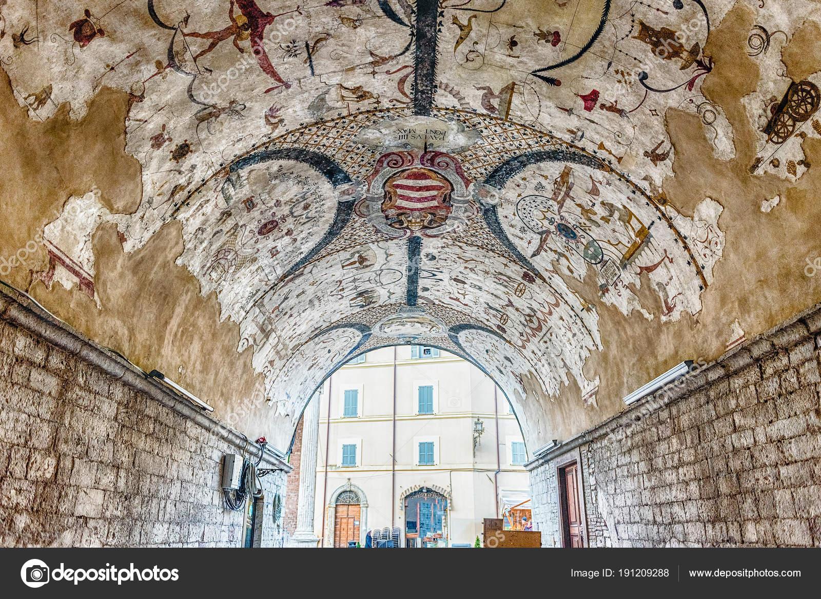 Soffitto A Volta Affrescato : Affreschi grotteschi in una galleria con soffitto a volta a assisi