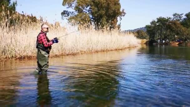 Hisaronu Orhaniye, Marmaris - Mugla / Törökország. 2020. március 12. Pisztrángvadászat Reedy között. Hisaronuban. Bass vadászat között Reedy Hisaronu. Horgászat egy napsütéses napon.