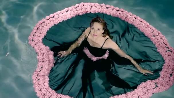 Egy fekete ruhás lány fürdő medence