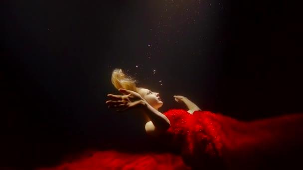 Kouzelná žena ležící pod vodou
