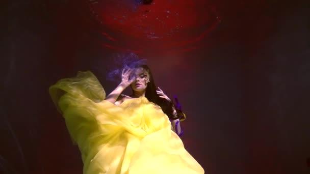 Elegáns nő egy hosszú sárga ruha, mint egy mese tűz-víz alatt
