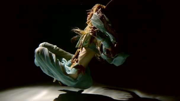 Lassú mozgás. Karcsú szőke lány, a páncél és a ruha az elf sodródik víz alatt nézi a napsugarak