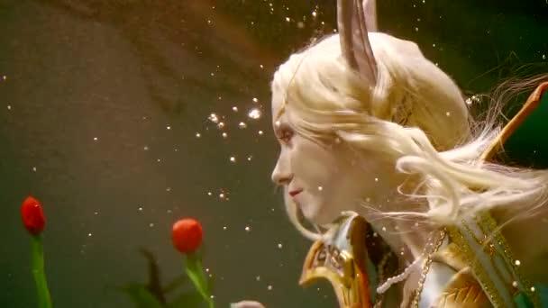 a titokzatos elf lány hosszú, fehér hajjal úszik a víz alatt