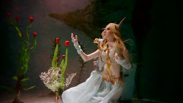 Tajemný obyvatel podmořského světa elf dívku. Doteky k podvodní rostliny