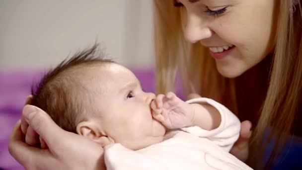 Matka se usmívá její dceři