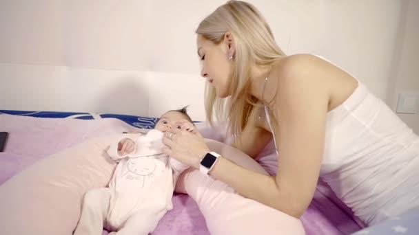 Šťastný matka a dítě v posteli