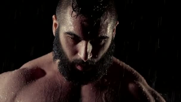 Atraktivní muž model představuje v temné studio