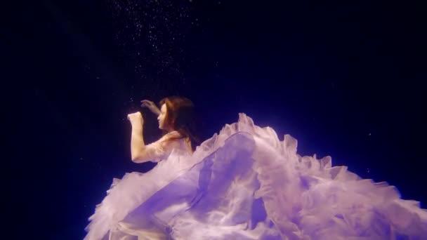 csodálatos víz alatti szemcsésedik-val a kis aranyos lány öltözött a szép ruha, mint egy varázslat hercegnő