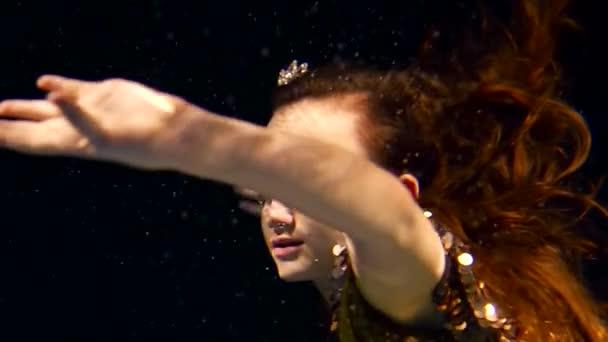 dívka z moře příběh má diadém na hlavě, dáma plave pod hladinou moře v moři