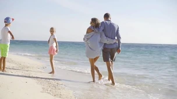 glückliche Familie auf der tropischen Insel.