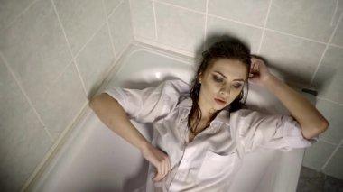 donna triste, traumatizzata sdraiata alle urla di vasca da bagno ...