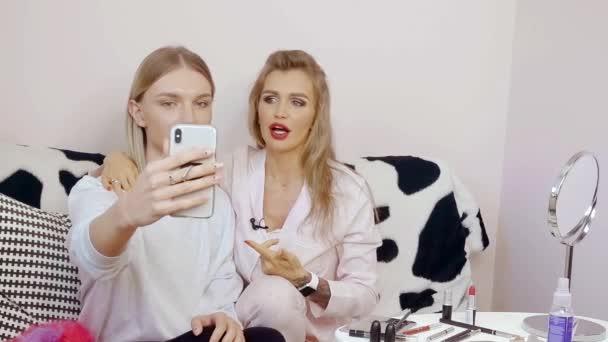 Gei video na mobilnyi telefon skashat
