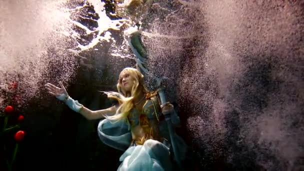 Tajemná žena elf stojí pod vodou mezi tucty květiny a bubliny.