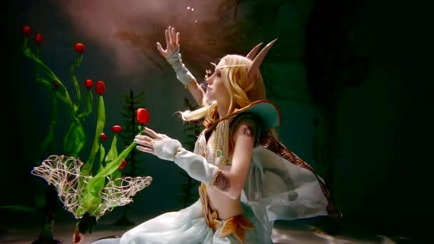 Úžasné elf s květinami ve vodě