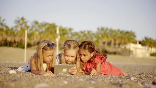 Трое русских девчонок и один парень видео