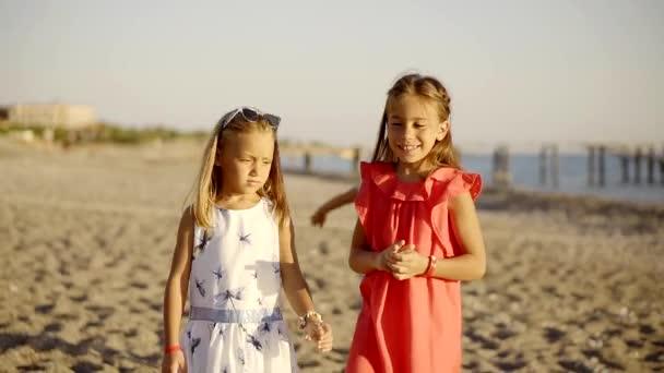 šťastné děti úspěšné rodiče chůze po pláži v západu slunce čas, kdy drželi se za ruce