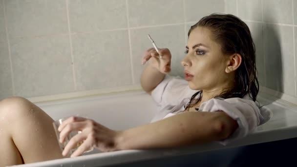 Видео молодая девушка в ванной