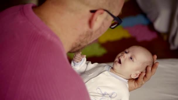 Orel s brýlemi na sobě růžový svetr na domácí otce s novorozeně