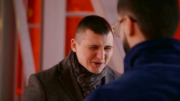 Detailní záběr záběr šťastně mluví vnitřní dva muži