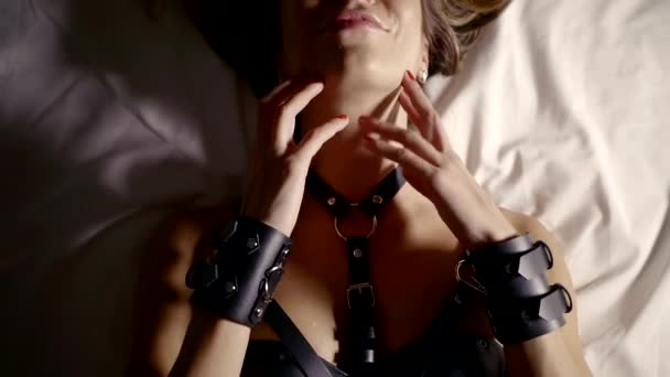 Nahaufnahme von einem sexuell Attrative Frau liegen im Bett allein