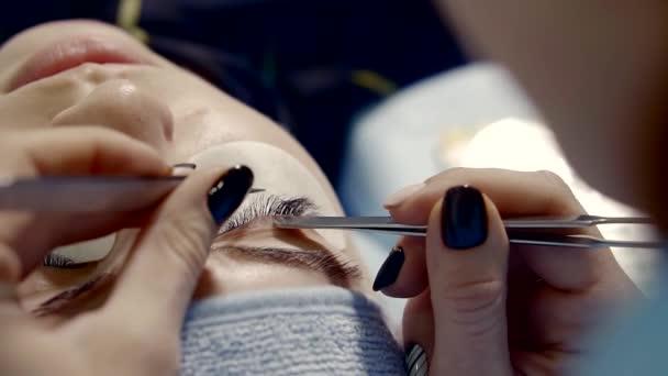 Detailní záběr záběr rukou Zenske, který drží řasy pro salony krásy návštěvník