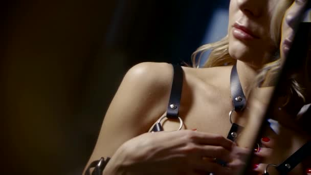 Körper der Frau trägt nuttig Leder Dessous und Gürtel, Anzeigen auf Unterseite des Gesichts im dunklen Raum